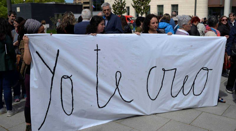 Indignación a las puertas de la Audiencia de Navarra tras conocerse el fallo de 'La Manada'