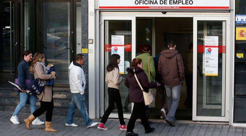 El paro subió en 29.400 personas en el primer trimestre, con una fuerte caída del empleo, según la EPA