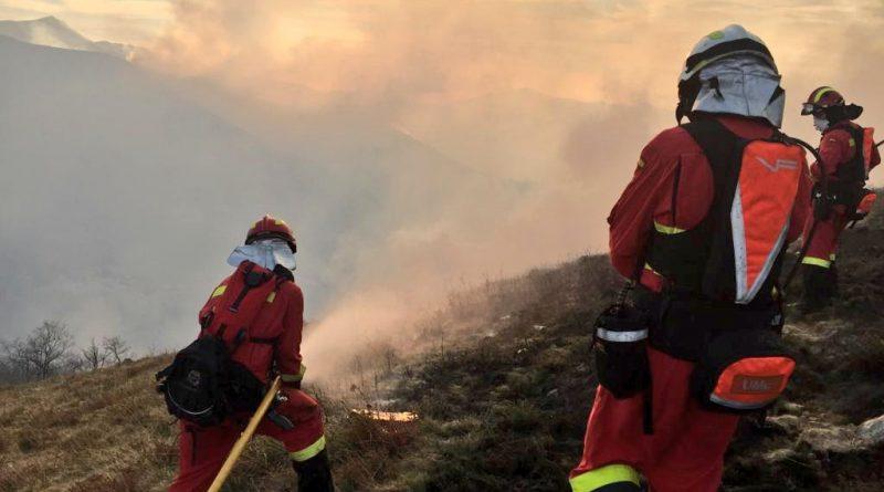 Arde Cantabria con 45 incendios activos y ya participa la UME en su extinción