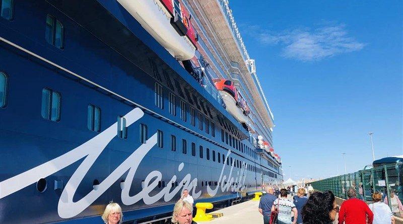 El crucero Mein Schiff 2 hace su primera escala en el Puerto de Valencia