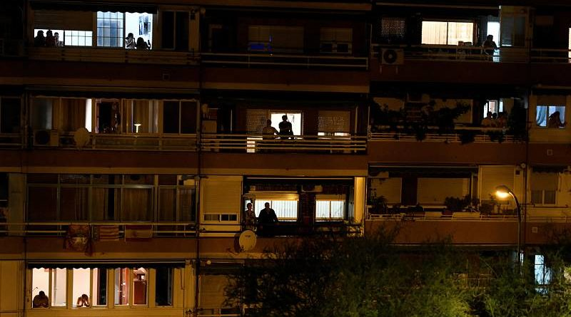 """Miles de personas en España aplauden desde sus ventanas para decir """"gracias"""" a los sanitarios"""