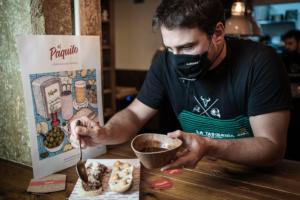Imagen que contiene persona, tabla, interior, comida Descripción generada automáticamente